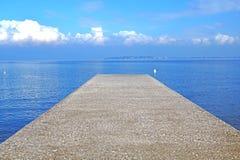 Pier auf dem Seehorizont mit einem Gewitter Lizenzfreie Stockfotografie