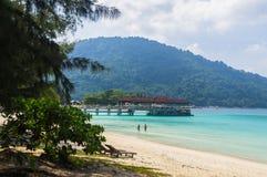 Pier auf dem weißen Sandstrand bei Pulau Perhentian, Malaysia Lizenzfreie Stockfotos