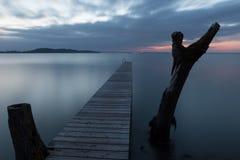Pier auf einem See an der Dämmerung Lizenzfreie Stockfotografie