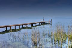 Pier auf Garda See, Sonnensatz lizenzfreies stockbild