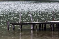 Pier auf Gebirgssee Stockfoto