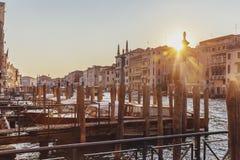 Pier auf Grand Canal von Venedig, Italien bei Sonnenuntergang stockbilder