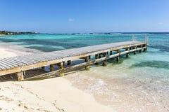 Pier auf Grand Cayman Strand Lizenzfreie Stockfotos