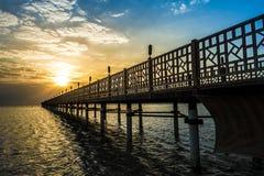 Pier auf Rotem Meer in Hurghada-/Makadibucht bei Sonnenaufgang Stockfotografie