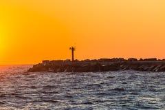 Pier Beacon Light Harbor Sunrise-Farbozean  Lizenzfreie Stockfotos