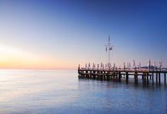 Pier beleuchtete, indem er Sonnenaufgangglühte Stockfotos