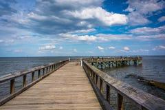 Pier in Chesapeake Bay am Abstieg-Park, in Pasadena, Maryland lizenzfreies stockfoto