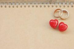 Pierścionek Na notatniku i serce Zdjęcie Royalty Free