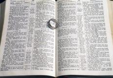 Pierścionek na stronach otwarta biblia Zdjęcie Stock