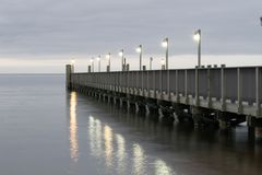 Pier in das Wasser Stockfoto