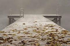 Pier in de mist Royalty-vrije Stock Afbeeldingen