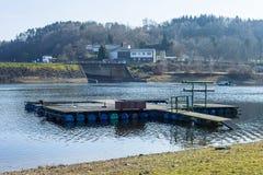 Pier in de winter op de kust van het meer Stock Foto's