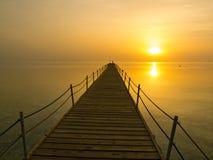 Pier in den Strahlen des aufgehende Sonne Morgen auf dem Roten Meer, Egyp Stockbild