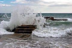 Pier in den Wellen Stockbilder