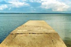 Pier, der in das Meer ausdehnt Stockfoto