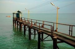 Pier, der in den Ozean sich ausdehnt lizenzfreie stockbilder
