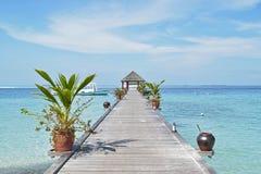 Pier, der zu Passagierboote an maledivischem führt Stockbild