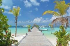 Pier, der zu Passagierboote an maledivischem führt Lizenzfreies Stockfoto