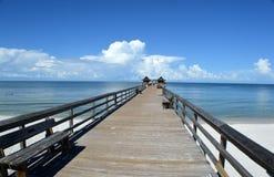 Pier, der zu Wolken führt Stockfotografie