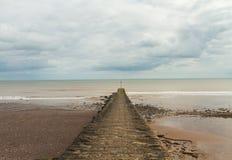 Pier, der zum Meer geht stockfoto