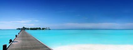 Pier die tot een tropisch eiland leidt royalty-vrije stock foto's