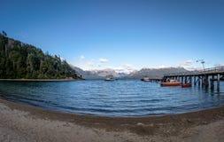 Pier Dock em Bahia Mansa Bay em Nahuel Huapi Lake - angustura do La da casa de campo, Patagonia, Argentina imagem de stock