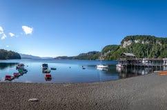 Pier Dock i Bahia Mansa Bay på Nahuel Huapi Lake - villaLaangostura, Patagonia, Argentina arkivfoton