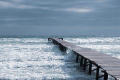 Pier in een baai op het strand van Mallorca stock foto's