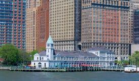 Pier ein Hafen-Haus Herausgefunden, wo Batterie-Park Hudson River trifft Lizenzfreie Stockfotografie