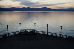 Pier an einem Gebirgssee Stockbilder