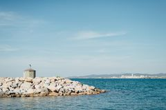 Pier am Eingang yacht Parken im Hafen lizenzfreie stockbilder