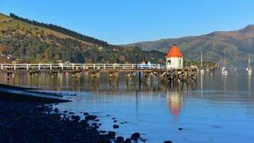 Pier en toneelbaaien van Akaroa, Bankenschiereiland Royalty-vrije Stock Foto