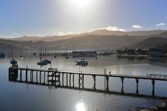 Pier en toneelbaaien van Akaroa, Bankenschiereiland Royalty-vrije Stock Afbeelding