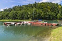 Pier en varende boten Stock Foto's