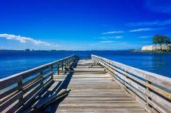 Pier Extending de madera en el mar en San Juan, Puerto Rico imagenes de archivo