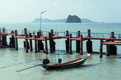 Pier, Fischerboot und Inseln lizenzfreie stockfotos
