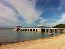 Pier, Himmel und lizenzfreie stockfotos