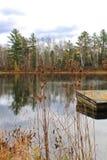 Pier im kleinen Teich gelegen in Hayward, Wisconsin Lizenzfreie Stockfotos