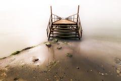 Pier im Licht Angehobene Plattform errichtet vom Ufer heraus über Meer, Wasser, See Sie können Fischen oder Schwimmen von hier lizenzfreies stockbild