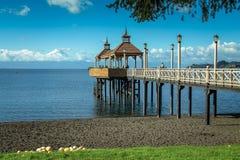 Pier im See stockfotografie