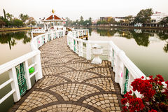 Pier im Teich Stockfotos