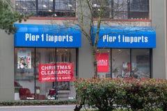 Pier1 importa a parte dianteira da loja com a bandeira do afastamento do Natal imagens de stock