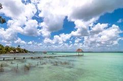 Pier in karibischer Bacalar-Lagune, Quintana Roo, Mexiko Lizenzfreie Stockbilder