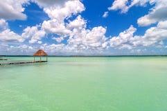 Pier in karibischer Bacalar-Lagune, Quintana Roo, Mexiko Stockbilder