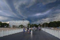 Pier in Kolobrzeg und drastische schwere Wolken im Himmel Lizenzfreie Stockbilder