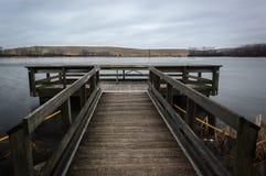 Pier On Lake In Northern Illinois al tramonto fotografie stock libere da diritti