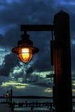 Pier Lamp al crepuscolo fotografie stock libere da diritti