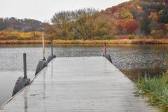 Pier Leading hacia fuera al lago en caída imagenes de archivo