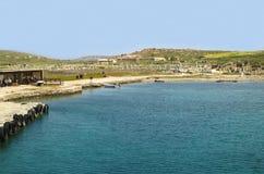 Pier Leads till den arkeologiska platsen av Delos på den Delos ön royaltyfri foto