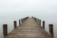 Pier in mistig (horizontaal) weer Royalty-vrije Stock Afbeelding
